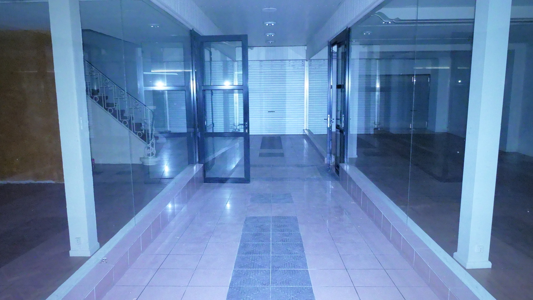 Entrée principale du bâtiment coppin (deux vitrines d'exposition disponibles)